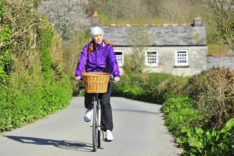 Mulher nova na bicicleta imagem de stock