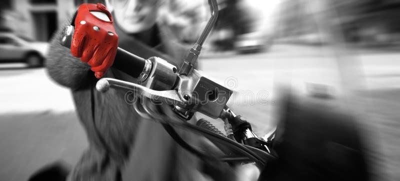Mulher nova na bicicleta, movimento borrado fotos de stock