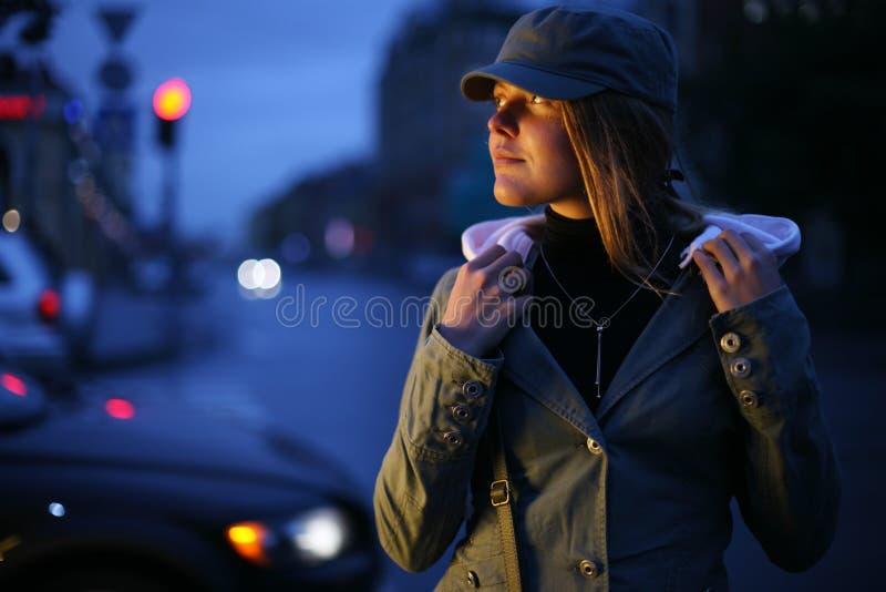 Mulher nova na cidade foto de stock royalty free