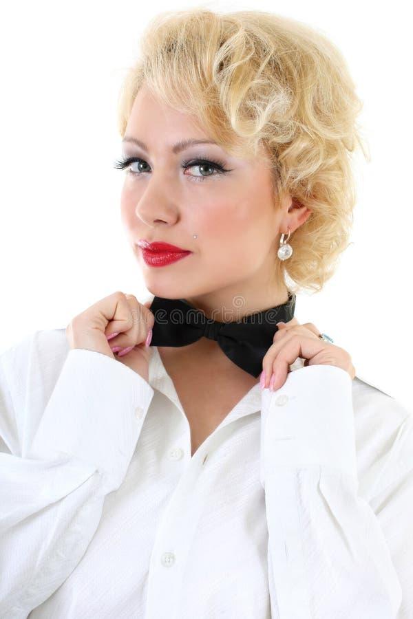 A mulher nova na correcção branca da camisa curvar-amarra foto de stock royalty free