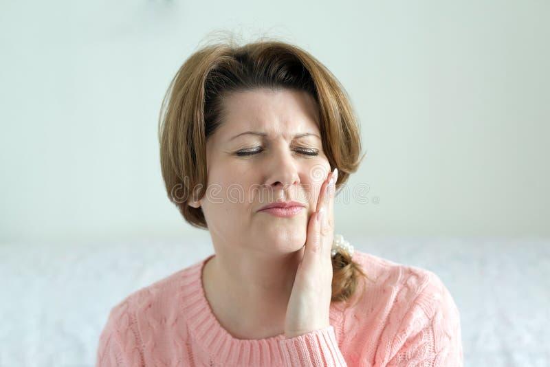 A mulher nova na dor está tendo o toothache fotos de stock royalty free