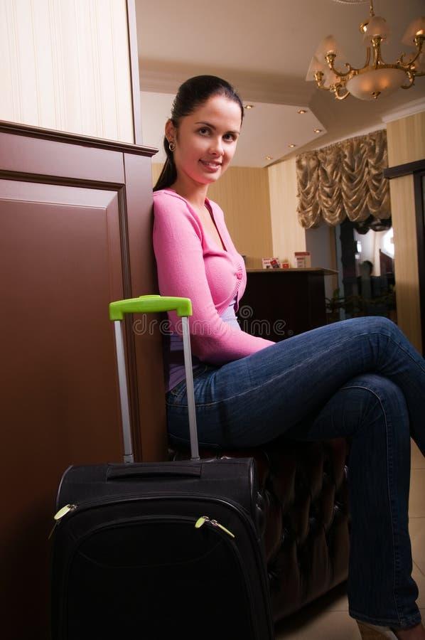 Mulher nova na entrada do hotel fotos de stock royalty free