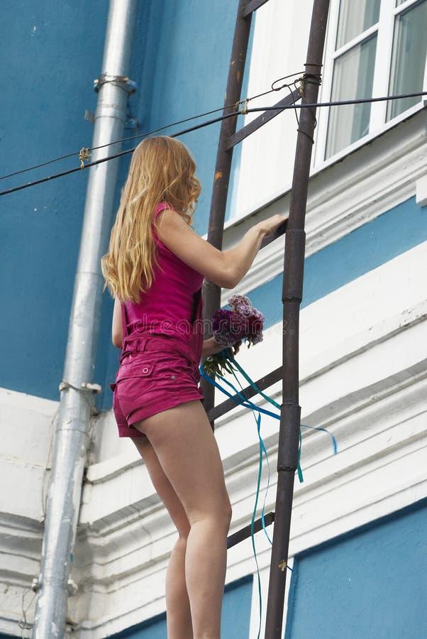 Mulher nova na escada foto de stock royalty free