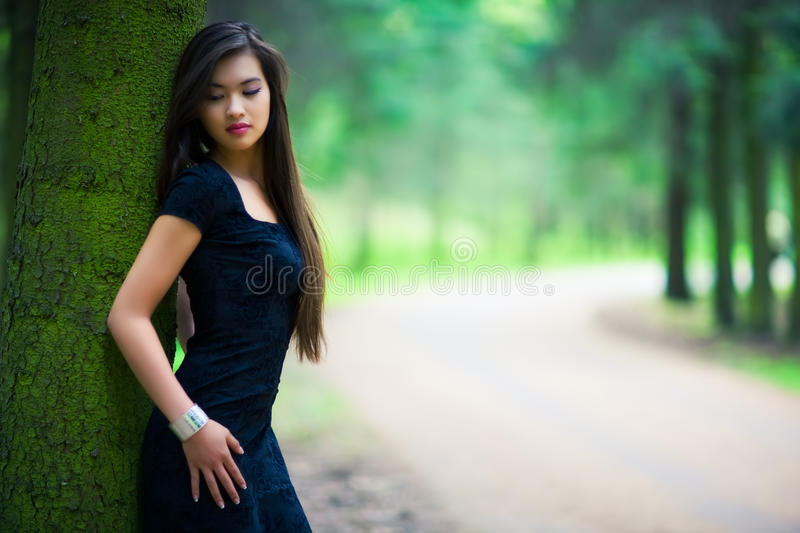 Mulher nova na floresta foto de stock