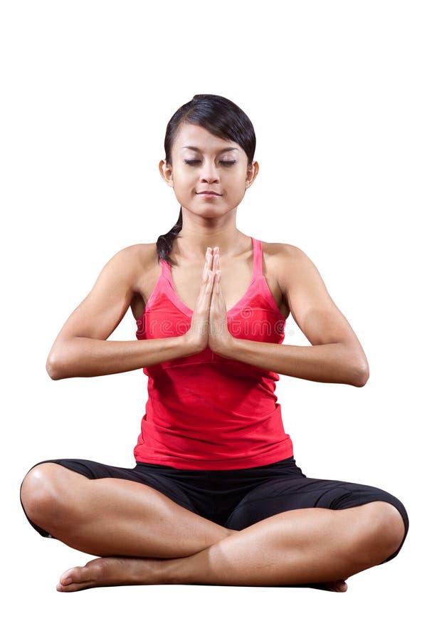 Mulher nova na ioga que estica o exercício imagem de stock