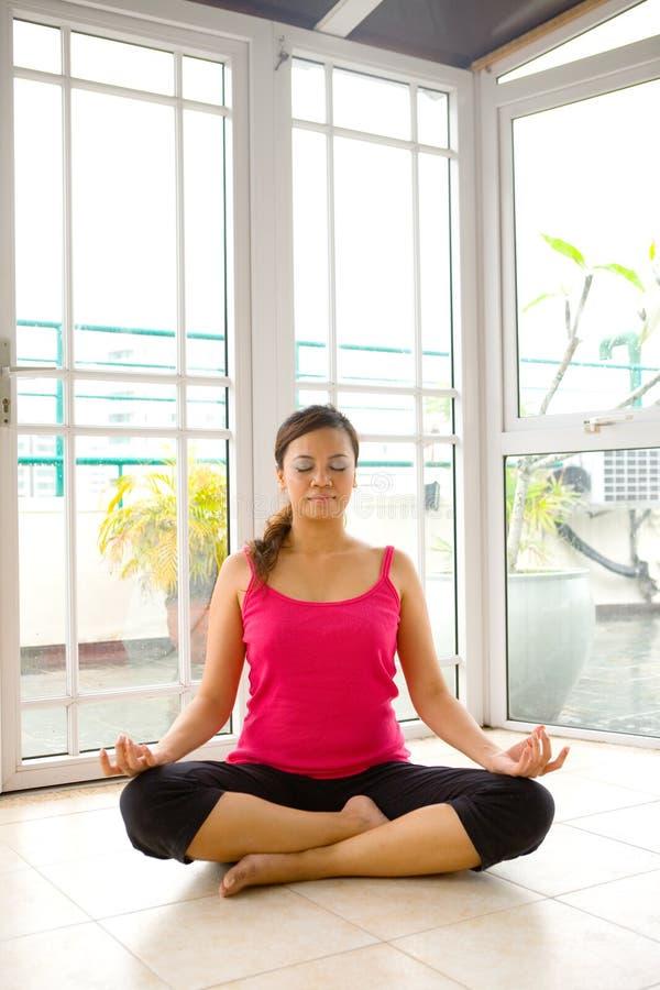 Mulher nova na meditação da ioga foto de stock