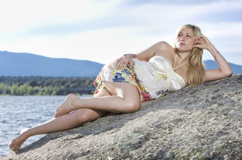 Mulher nova na natureza fotografia de stock royalty free