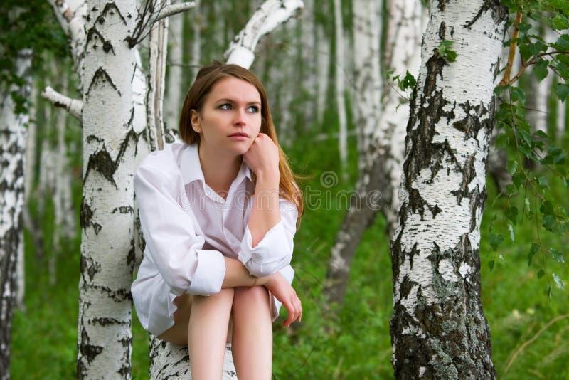 Mulher nova na natureza fotografia de stock