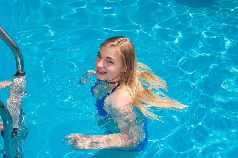 Mulher nova na piscina imagem de stock royalty free