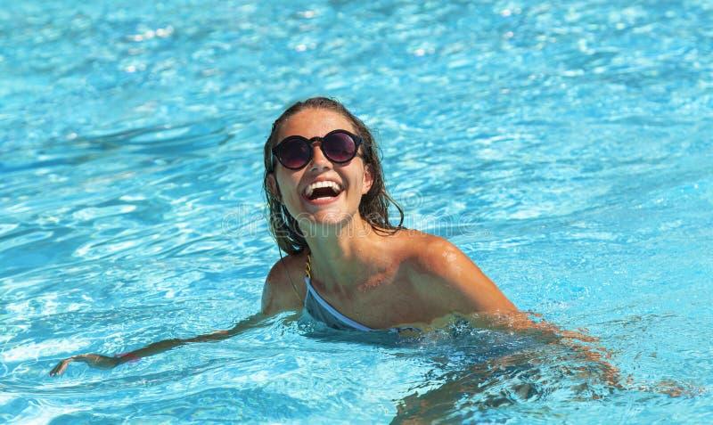 Mulher nova na piscina imagens de stock