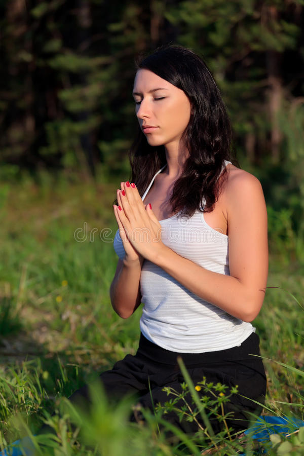 Mulher nova na posição da ioga fotos de stock royalty free