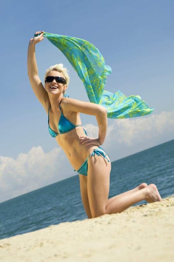Mulher nova na praia foto de stock royalty free