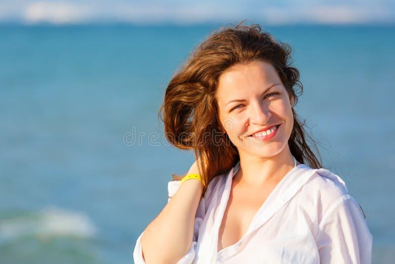 Mulher nova na praia fotos de stock royalty free