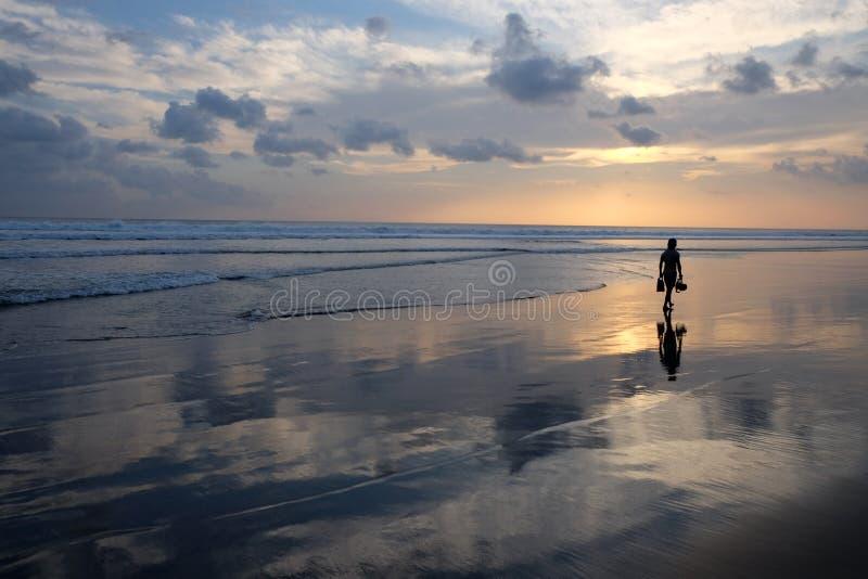 Mulher nova na praia imagens de stock
