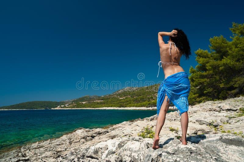 Mulher nova na praia do console imagens de stock