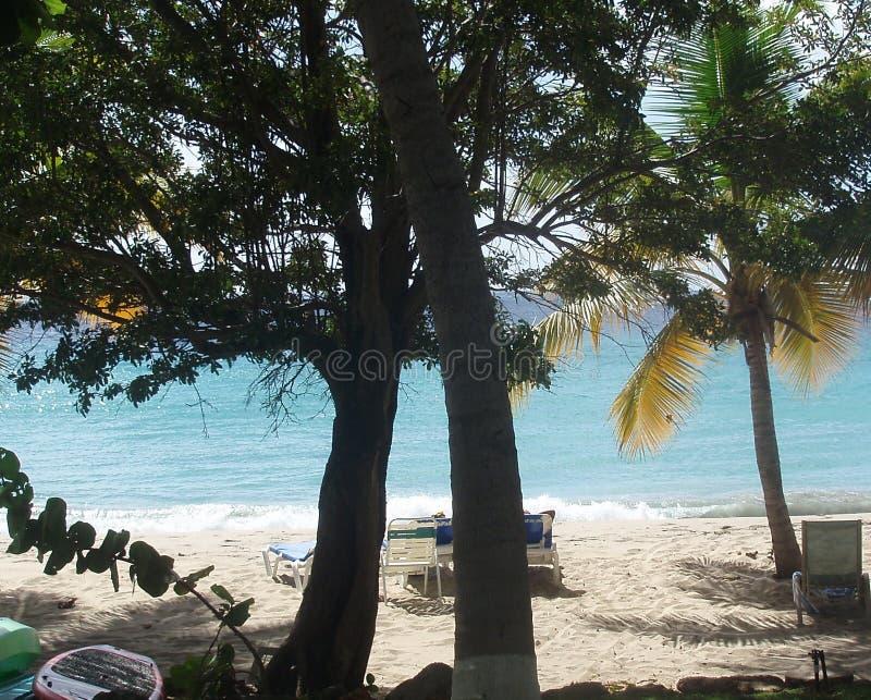 Mulher nova na praia do console de Formentera fotografia de stock royalty free