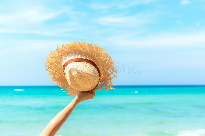 Mulher nova na praia do console de Formentera Feliz e relaxe a mão da mulher que guarda o chapéu grande na praia branca da areia, imagens de stock royalty free