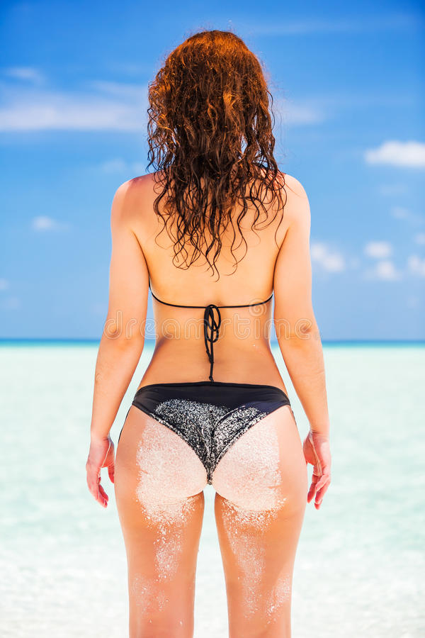 Mulher nova na praia do oceano fotografia de stock royalty free