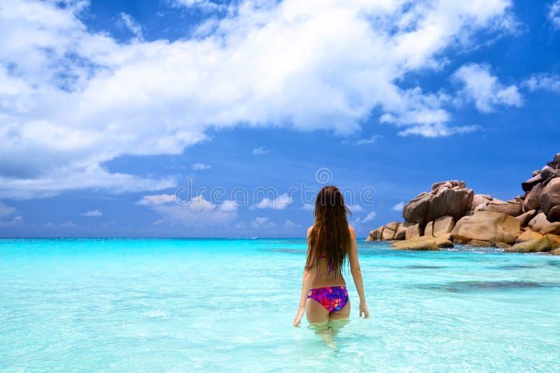 Mulher nova na praia tropical fotos de stock