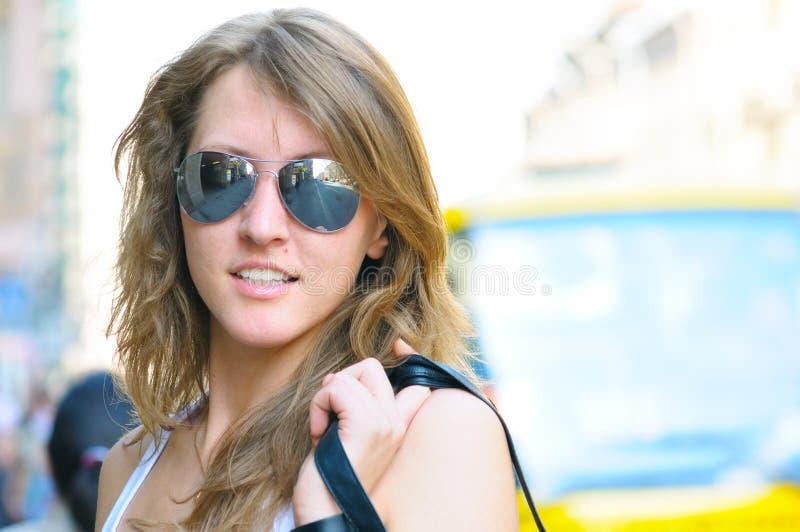 Mulher nova na rua da cidade imagem de stock