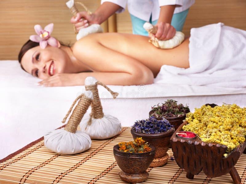 Mulher nova na tabela da massagem em termas da beleza. imagens de stock