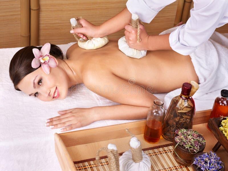 Mulher nova na tabela da massagem em termas da beleza. fotografia de stock royalty free