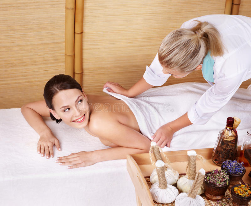 Mulher nova na tabela da massagem em termas da beleza. foto de stock