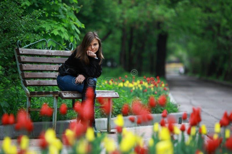 Mulher nova nas flores fotografia de stock