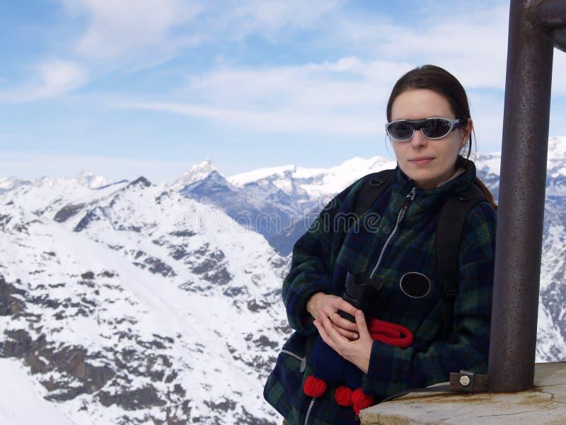 Mulher nova nas montanhas fotos de stock