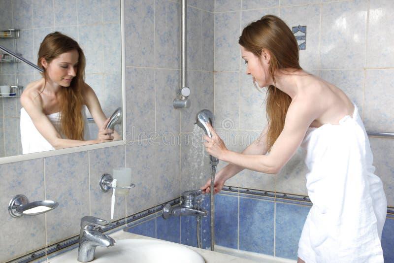 Mulher nova no banheiro fotos de stock royalty free