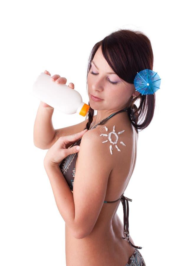 Mulher nova no biquini com protecção solar. fotos de stock royalty free