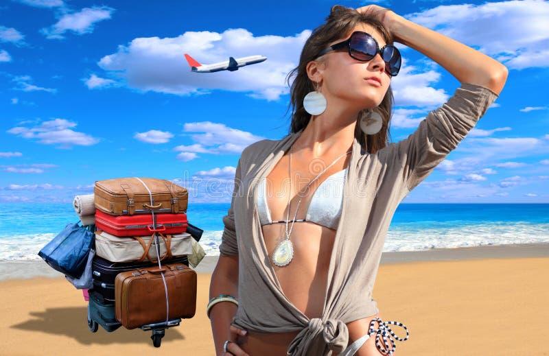 Mulher nova no biquini na praia fotografia de stock
