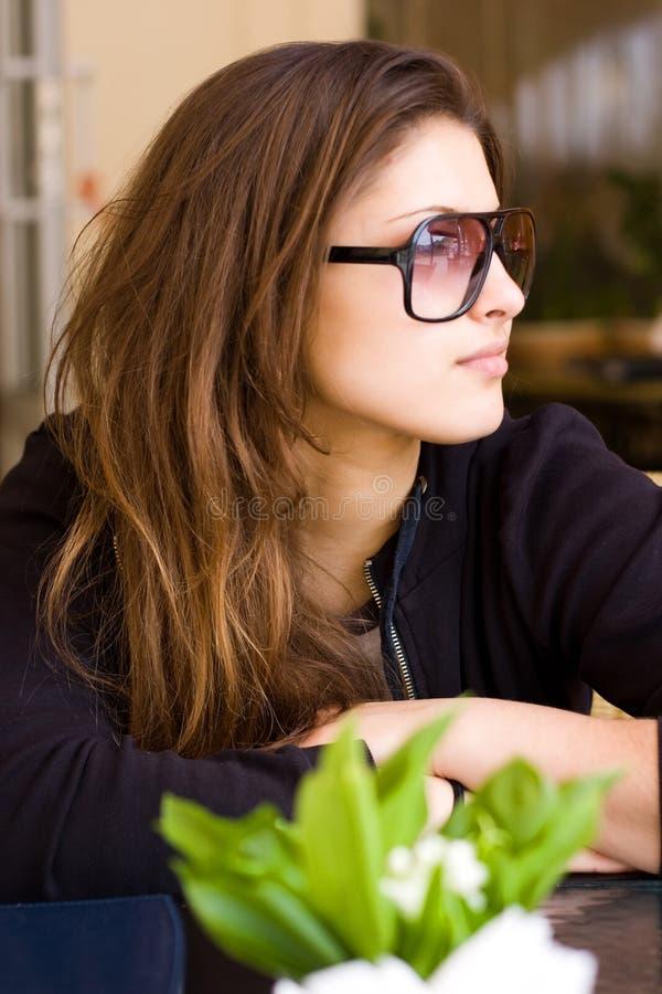 Download Mulher nova no café imagem de stock. Imagem de pensar - 10068687