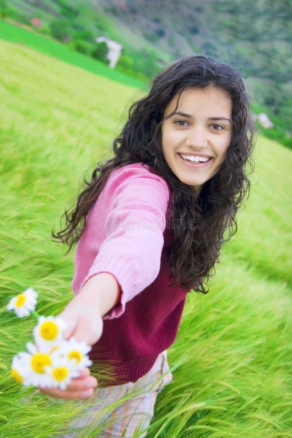 Mulher nova no campo de trigo foto de stock