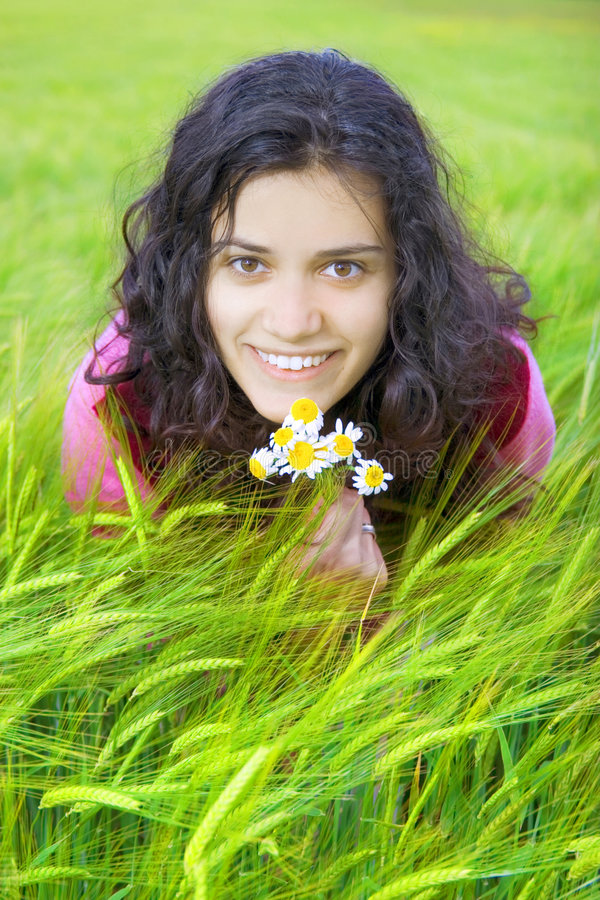 Mulher nova no campo de trigo foto de stock royalty free