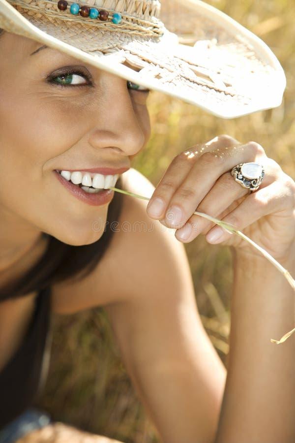 Mulher nova no chapéu de cowboy da palha. foto de stock royalty free