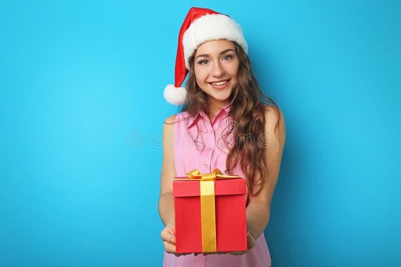 Mulher nova no chapéu de Santa imagens de stock