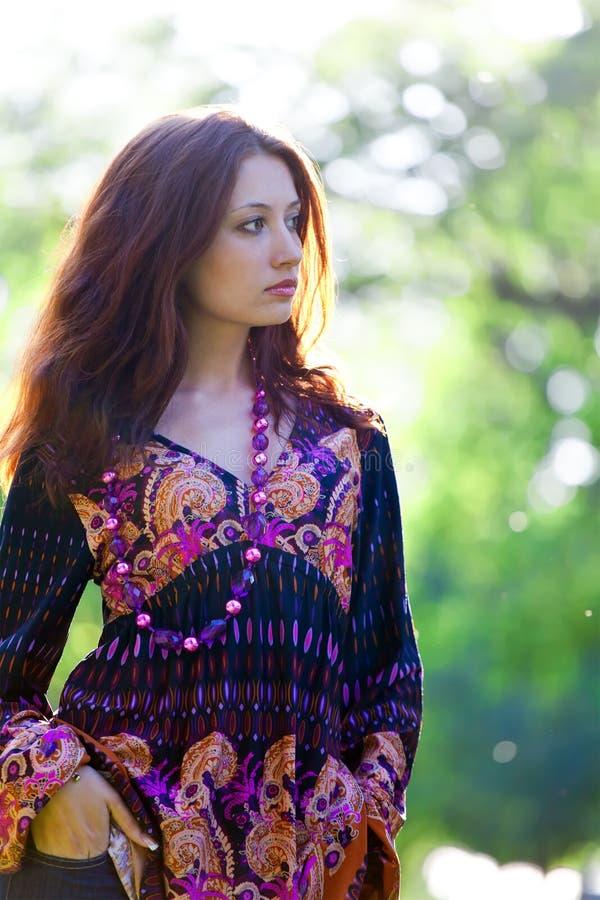 Mulher nova no estilo do hippie imagem de stock royalty free