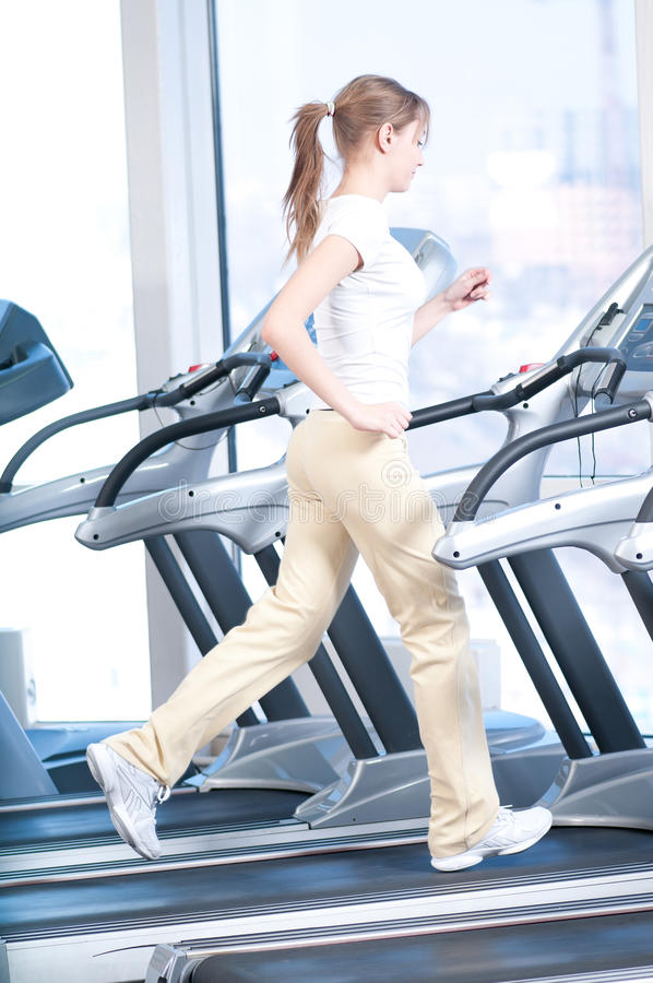 Mulher nova no exercício da ginástica. Funcionamento foto de stock royalty free