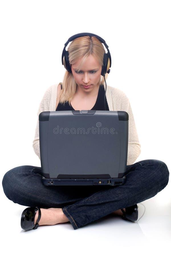 Mulher nova no Internet fotografia de stock