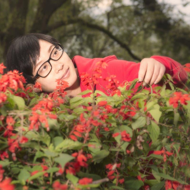 Mulher nova no jardim imagens de stock royalty free