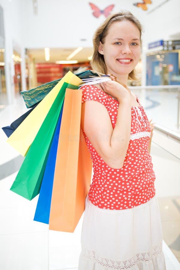 Mulher nova no mercado com saco foto de stock royalty free