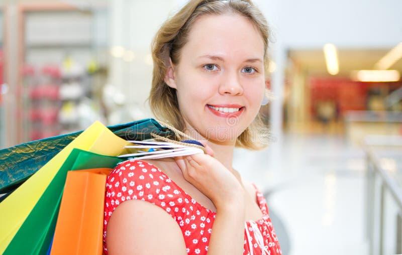 Mulher nova no mercado com saco imagens de stock royalty free