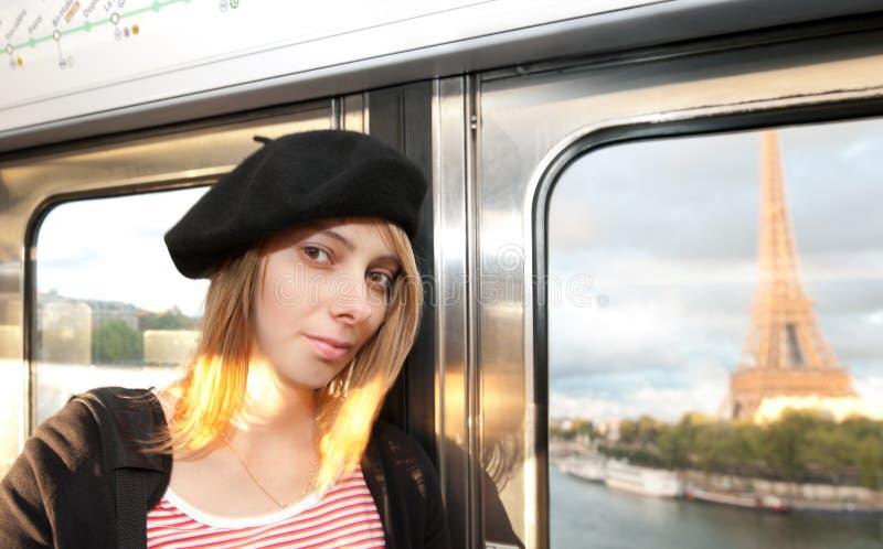Mulher nova no metro de Paris. imagem de stock