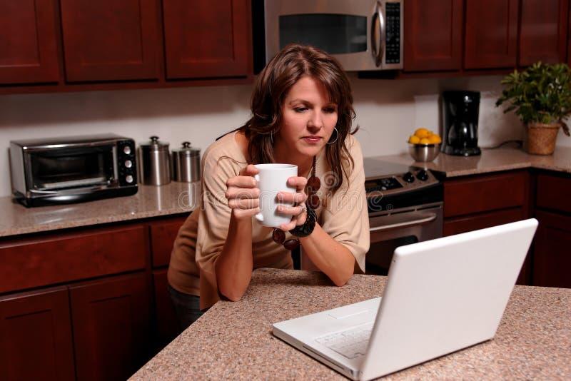 Mulher nova no portátil fotos de stock