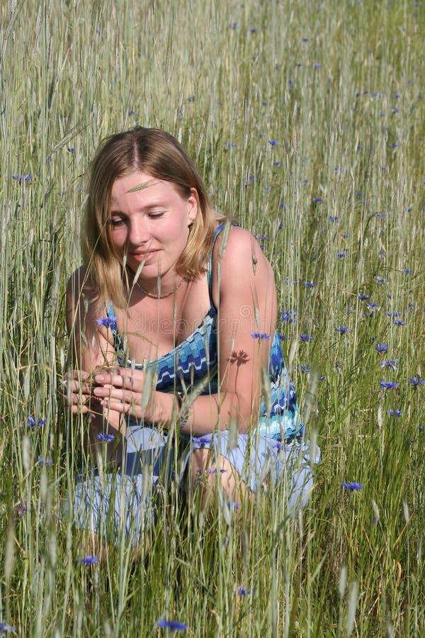 Mulher nova no prado fotografia de stock royalty free