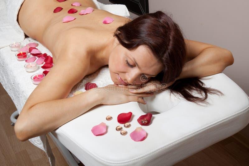 Mulher nova no procedimento da massagem foto de stock