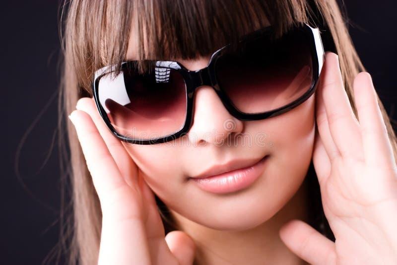 Mulher nova no retrato dos óculos de sol fotos de stock