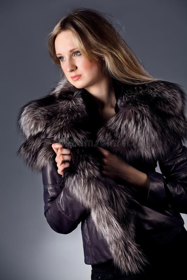 Mulher nova no revestimento de couro fotografia de stock royalty free