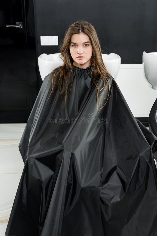 Mulher nova no salão de beleza de beleza fotografia de stock royalty free